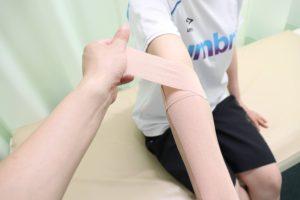 テニス肘に対するテーピングの貼り方を示す写真④:肘正面のやや内側から斜め上へ