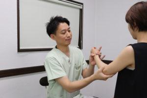 テニス肘(上腕骨外側上顆炎)に対して手技療法を行っている写真
