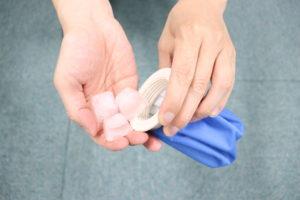 アイスバッグに氷を入れている写真