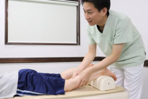 足底腱膜炎に対する手技療法を行なっている写真