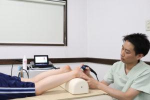 足底腱膜へ超音波療法を行なっている写真
