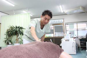 肩こりの施術を行っている写真