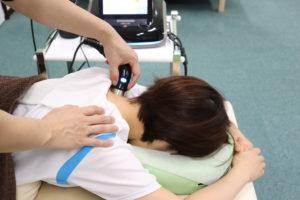 肩こりで超音波療法を受けている患者様の写真
