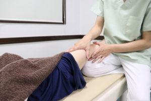 大分ごとう整骨院で膝の手技療法を行なっている写真