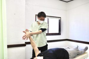 大分ごとう整骨院で肩の関節可動域訓練を行なっている写真1