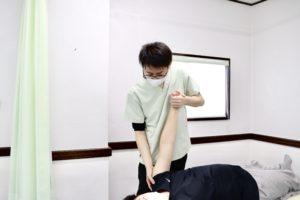 大分ごとう整骨院で肩の関節可動域訓練を行なっている写真2