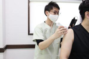 大分ごとう整骨院で肩のエコー検査をしている写真