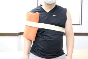 肩のホットパックを行なっている写真