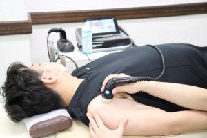 肩の超音波療法を行なっている写真