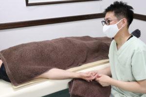 ばね指に対する手技療法を行なっている写真