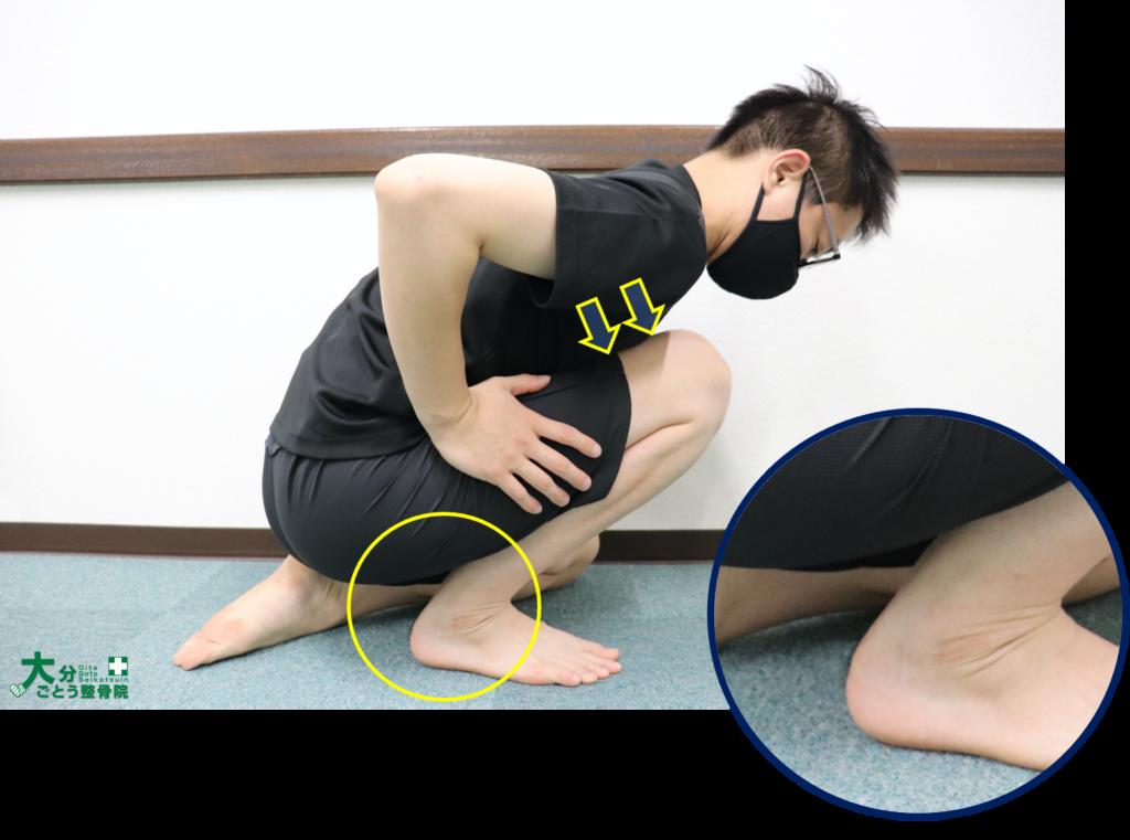 ヒラメ筋のストレッチの方法を示す写真画像3